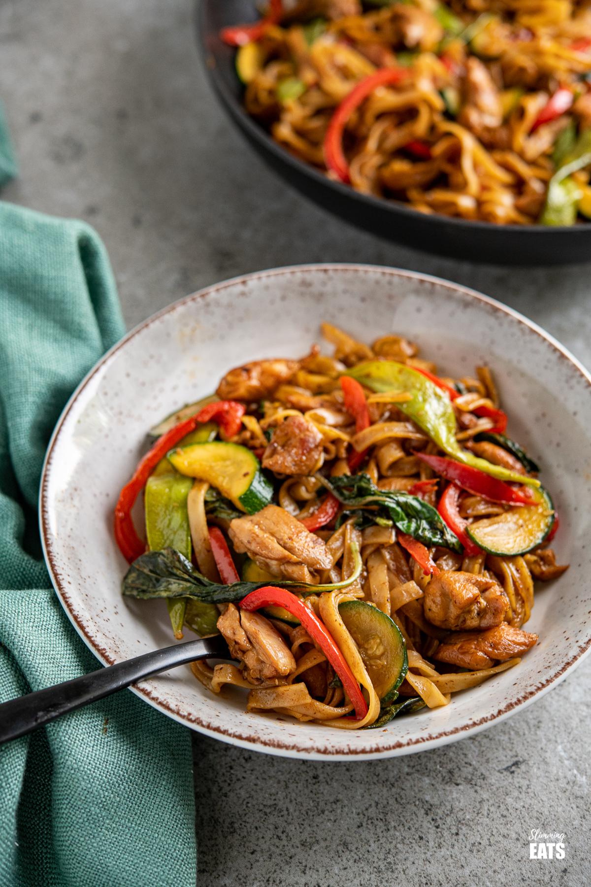 醉酒的面条 - 鸡肉,蔬菜和米粉在灰色,棕色和白色的碗中的辣味酱油